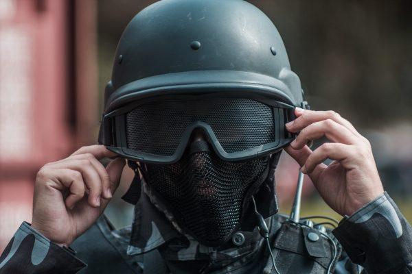 combat-helmet-3043091
